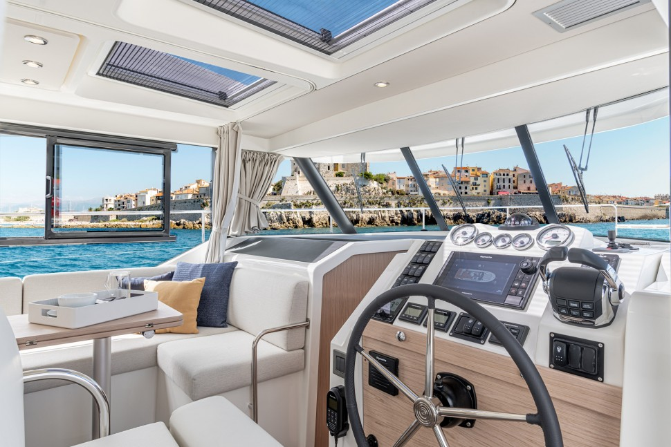 Beneteau Swift Trawler 41 Helm Station2